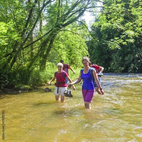 Abkühlung beim Wandern - im Fluss waten Poster