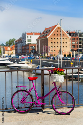 różowy rower stoi na moście