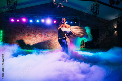 mata magnetyczna Wedding party: first dance of the bride and groom. The smoke and the light show around