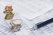 Leinwanddruck Bild Finanzen, Euro, Münzstapel und Kugelschreiber auf Tabellen, Hintergrund, Detail