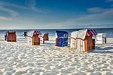 Nordseeurlaub - einsame Strandkörbe am Abend im weißen Sand