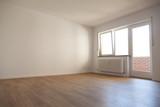 Unmöbliertes helles Zimmer mit Heizung und Parkettfußboden - 158287049