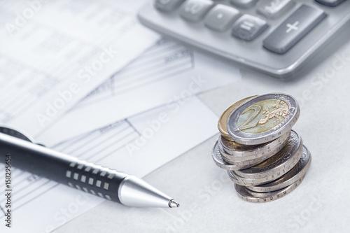 Leinwanddruck Bild Finanzen, Euro, Münzstapel auf Tabellen mit Stift und Taschenrechner, Hintergrund, Detail