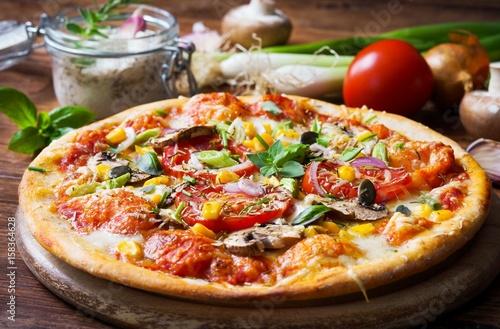 Papiers peints Pizzeria Vegetarische Pizza mit Gemüse und Kräutern
