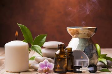 composizione con oli essenziali,orchidea e candela in centro benessere