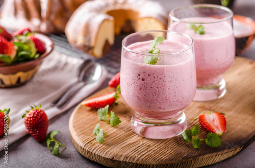 Foto op Plexiglas Milkshake Strawberries milkshake summer drink