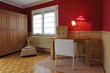 petit bureau en bois dans chambre à coucher