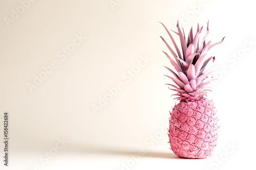 Różowy malowany ananas na białym tle