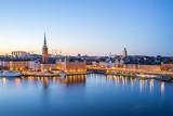 Gamla Stan (stare miasto) w nocy w mieście Sztokholm, Szwecja