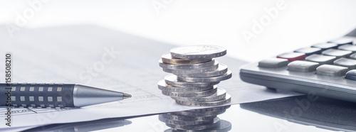 Leinwanddruck Bild Finanzen, Euro, Münzstapel auf Tabellen mit Stift und Taschenrechner, Panorama, Hintergrund