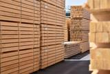 Lagerung von Holzbrettern in einem Sägewerk