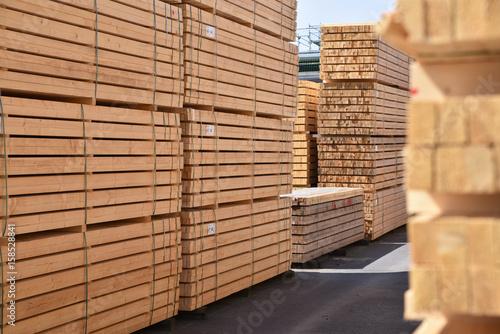 Lagerung von Holzbrettern in einem Sägewerk - 158528841