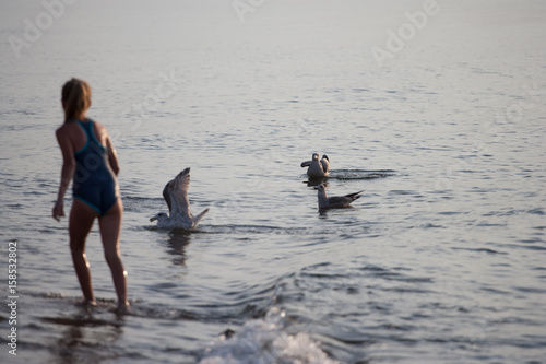 Kąpiel w morzu z mewami