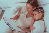 mutter liest kind gute nacht geschichte vor - 158582845