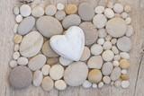 Herz auf Kieselsteinen - 158592211