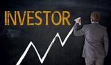 Businessman schreibt Investor auf Tafel Konzept - 158602856