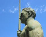 statue homme au javelot