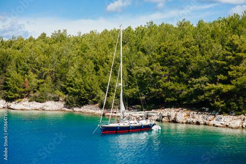 lodz-w-morzu-srodziemnomorskim-na-pieknym-dniu-z-niebieskim-niebem