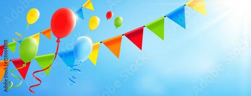Bunte fliegende Luftballons mit Girlanden und sonnigem Himmel - Banner mit Textfreiraum