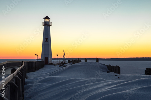 Zdjęcie XXL Winter Coastal Sunrise. Zimowy wschód słońca na zamarzniętych brzegach Wielkich Jezior z Wawatam Lighthouse w porcie St. Ignace w Michigan's Upper Peninsula.