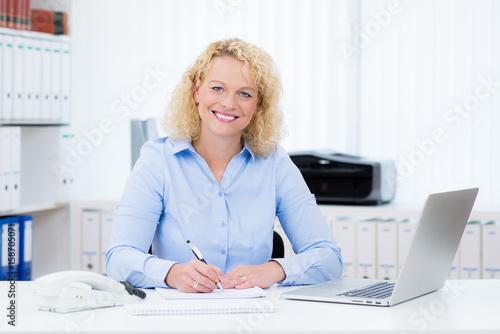 mata magnetyczna Sympathische Frau im Büro