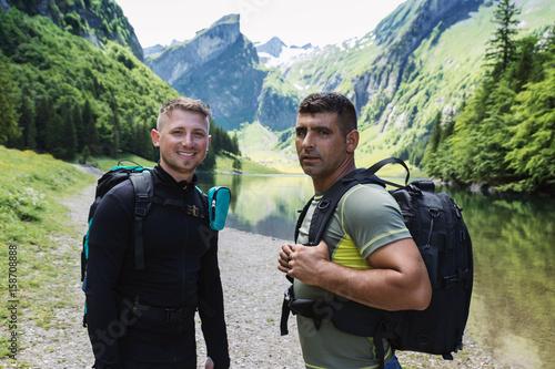 Glückliche Wanderer vor Seealpsee und Alpstein Gebirge Poster