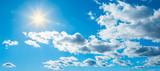 Blauer Himmel mit Sonnenschein und Wolken