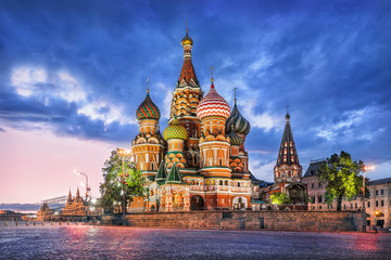 Собор и туча St. Basil's Cathedral and a blue cloud