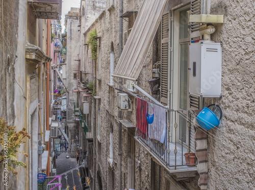 Vicoli di Forcella nel centro storico della città di Napoli. Questo quartiere è lo scenario del primo episodio di Ieri, oggi, domani di Vittorio De Sica.