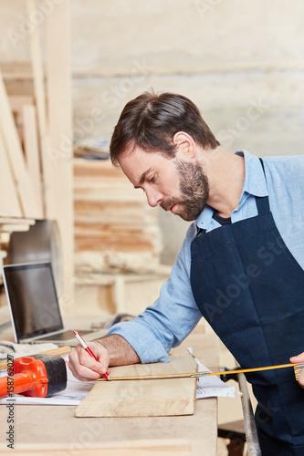 Schreiner beim Messen eines Bretts - 158762027