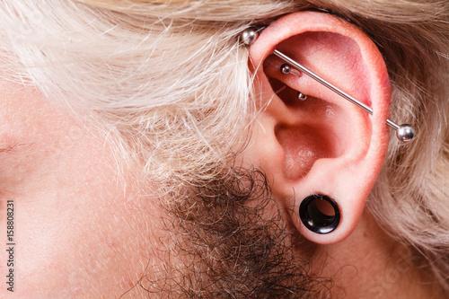 Przebite ucho człowieka, tunel z czarną wtyczką, przemysłowe i wieża