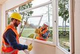 Monteure von Glaserei bauen Fenster ein - 158833205