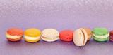 Macarons sur fond pailleté violet