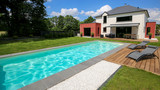 piscine avec terrasse dans jardin et maison moderne 1 - 158917299