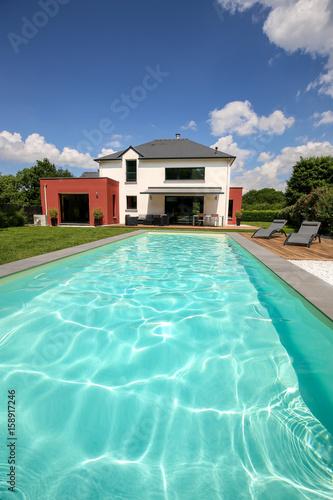piscine avec terrasse dans jardin et maison moderne 2