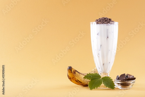 Aluminium Milkshake Milkshake with banana on yellow background