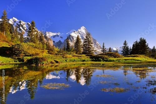 Berg Eiger spiegelt sich im Abendlicht in einem Bergsee nähe Grindelwald in der Schweiz
