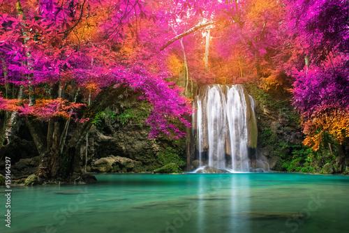 Wodospad w lesie jesienią