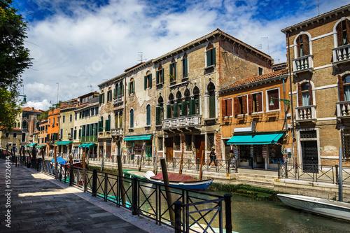In de dag Milan View on canal among historic houses in Venice, Italy at sunny day antycznystarozytnystarożytnystaryarchitekturapieknypięknyblekitblekitnybłękitbłękitnyniebieskilodkalodzłódkałódźbrydzbrydżgrzbietmost