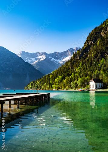 idyllischer See mit den Alpen im Hintergrund