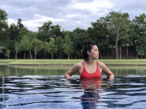 Zdjęcia na płótnie, fototapety, obrazy : woman in swimming pool