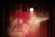 spectacle scène artiste rouge rideau concert fête fond lumière spot fumée fumigène théâtre musique