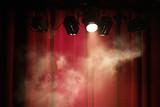 spectacle scène artiste rouge rideau concert fête fond lumière spot fumée fumigène théâtre musique - 159548674