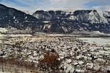 Stadt in Österreich mit Berglandschaft und Walt