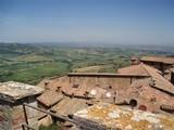 Dächer und Hügellandschaft in Italien