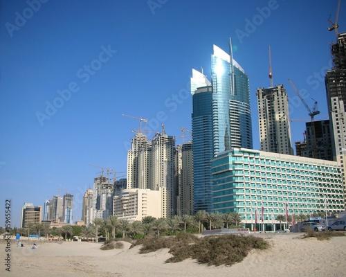 Hochhäuser und Sand in Dubai