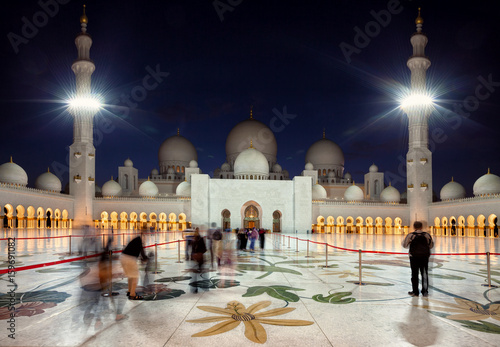 Fotobehang Abu Dhabi Visitors Entering Grand Mosque of Zayed in Abu Dhabi of Emirates at dusk