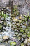 kleiner Wasserfall mit Steinen