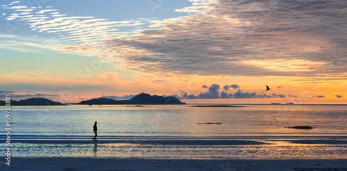 Papiers peints Morning Glory Silhouette Mann am Strand bei Sonnenuntergang, Lofoten, Norwegen