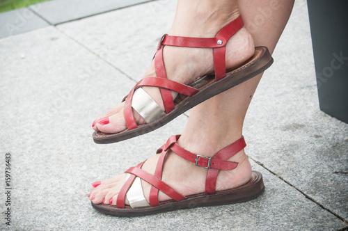 Plakát détail sandales rouge en cuir pour femme